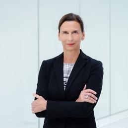 Frau Prof. Grande vor hellem Hintergrund